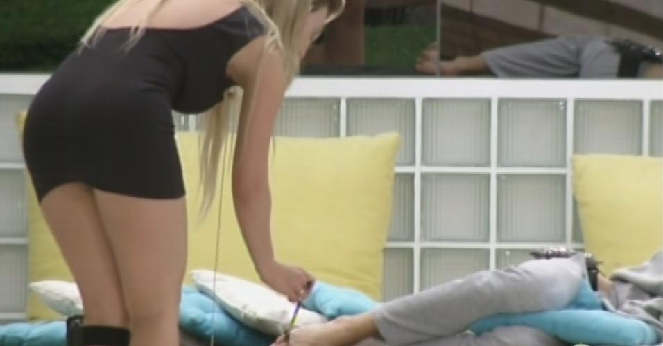 25.mar.2013 - Enquanto Nasser dorme, Fernanda faz cócegas nos pés do brother com pincel de maquiagem. O gaúcho chegou a acordar, mas não esboçou outra reação