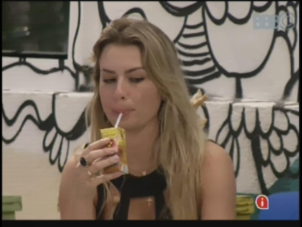 25.mar.2013 - Fernanda acorda de cochilo e toma bebida achocolatada na área externa da casa