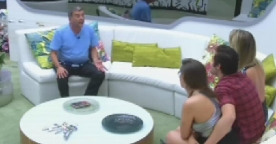"""25.mar.2013 - O diretor Jorge Fernando chega à casa do """"BBB13"""" para visitar os finalistas Fernanda, Andressa e Nasser"""