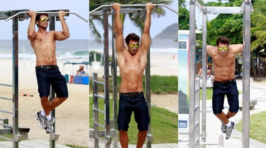 25.mar.2013 - o ex-BBB Eliéser se exercitou na orla da praia da Barra da Tijuca, zona oeste do Rio
