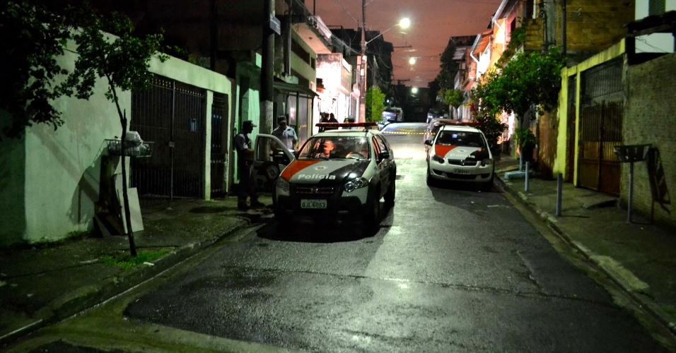 25.mar.2013 - Policial militar aposentado foi morto a tiros quando deixava o filho na casa da ex-esposa, na rua Neys Klebla Alencar Pinheiro, no bairro do Jaçanã, na zona norte de São Paulo. Segundo a polícia, o PM foi surpreendido por homens armados que fizeram vários disparos. Ele foi socorrido, mas não resistiu aos ferimentos