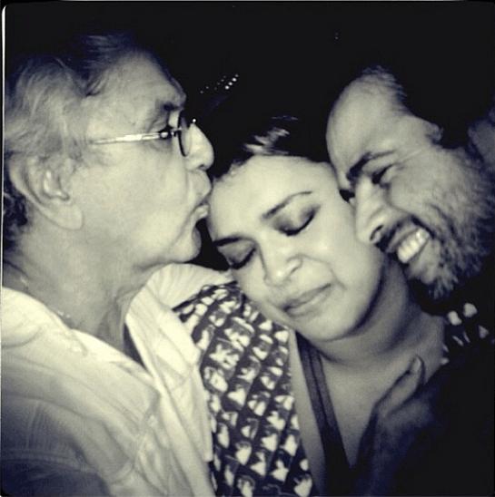 25.mar.2013 - Preta Gil se emociona ao receber beijo de Caetano Veloso