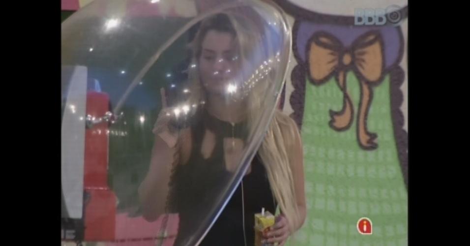 25.mar.2013 - Única acordada na casa, Fernanda pega o Big Fone e pede música para Bial.