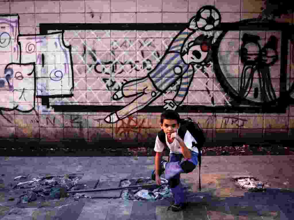 25.mar.2013 - Wignor, 9, faz pose enquanto espera o ônibus no local onde ficava o ponto de ônibus da rua Fernão Dias, no bairro de Pinheiros (zona oeste de São Paulo). O local do ponto foi transferido para rua Sumidouro, à altura do número 66 - Leandro Moraes/UOL