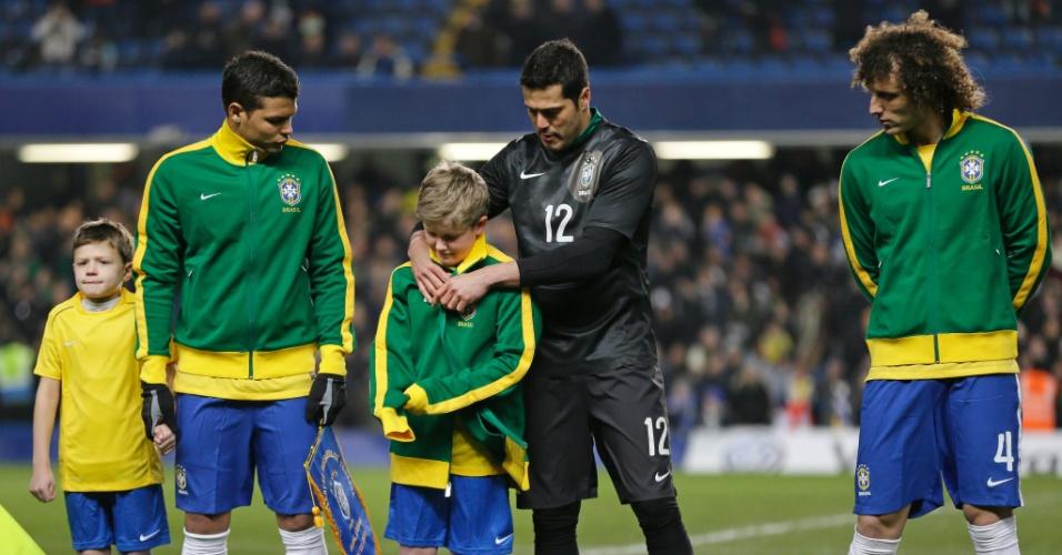 25.mar.2013- Goleiro Julio Cesar empresta agasalho para garoto com quem entrou em campo em Londres