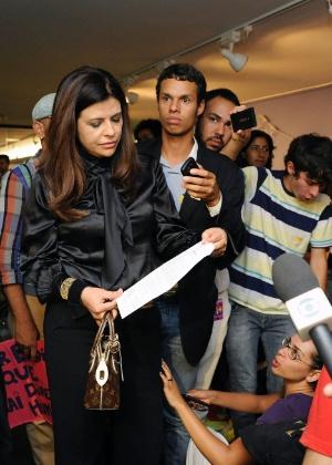 Deputada Antônia Lúcia (ao centro, de preto) conversa com manifestantes sobre a situação da Comissão de Direitos Humanos na semana passada - Alexandra Martins - 20.mar.2013 / Câmara dos Deputados