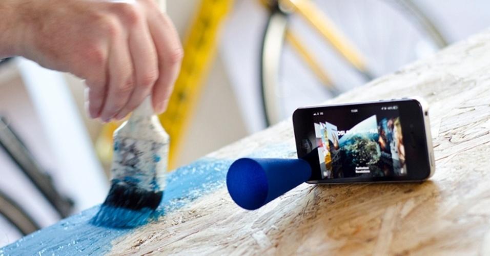 O Bugle é um amplificador acústico feito em uma impressora 3D. Basta instalá-lo próximo ao alto-falante do iPhone, que ele ficará como mostrado na imagem. No Shapeways, ele é vendido por R$ 22