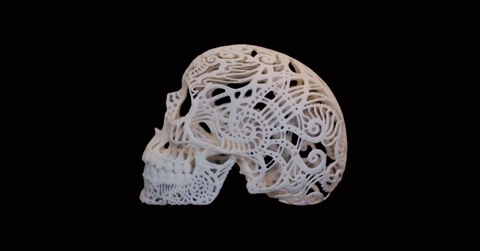 """O crânio acima, feito de plástico, está disponível no site Shapeways, especializado na venda de produtos feitos em impressoras 3D. Ao adquirir uma, o usuário ganha três versões do """"Crania Anatomica Filigre"""". O preço do conjunto é R$ 95"""