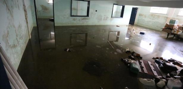 Em épocas de chuva, o laboratório de tecnologia de alimentos da UFRRJ fica alagado - Marcelo Regua/UOL