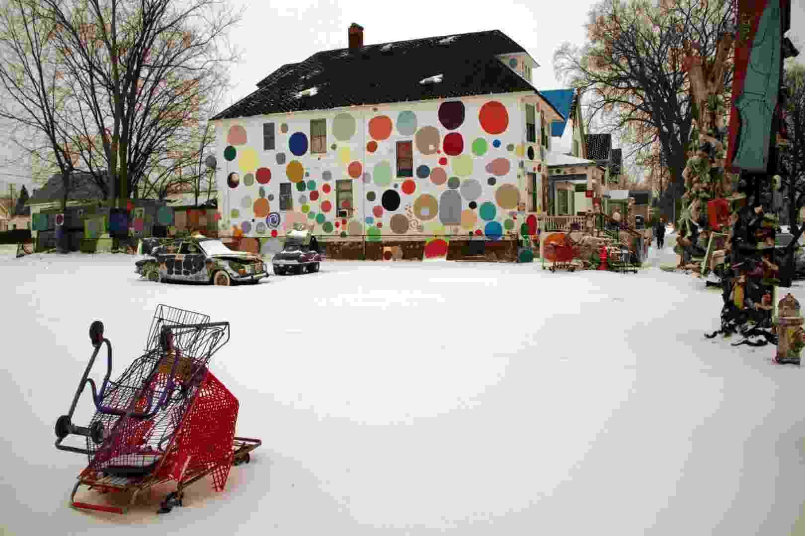 Vista de um dos interessantes projetos de Detroit, no nordeste dos Estados Unidos, que transformou construções abandonadas dessa cidade assolada por diversas crises econômicas em instalações artísticas a céu aberto - Eduardo Vessoni/UOL