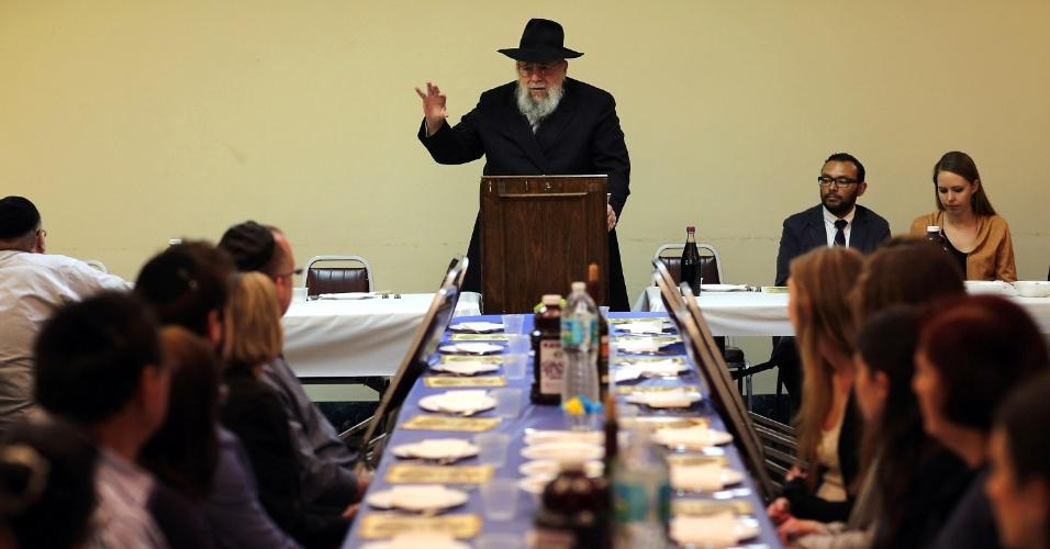 25.mar.2013 - Rabino Efraim Katz conduz a cerimônia do Seder de Pessach, na sinagoga Beth Israel, em Miami, EUA. O Seder comunitário servido para cerca de 150 pessoas ocorre há 30 anos no local. A cerimônia marca a emancipação dos israelitas da escravidão no Egito