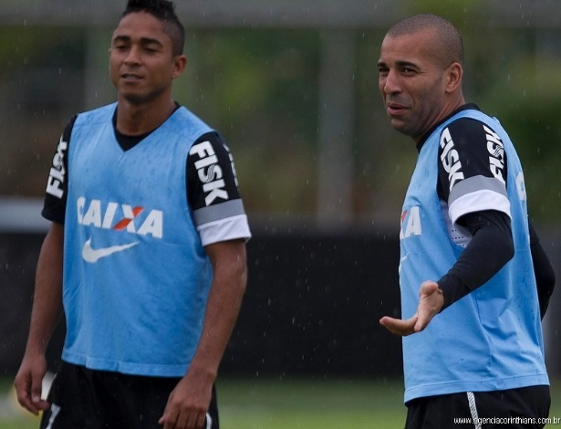 26.03.2013 - Emerson Sheik sorri no treino do Corinthians, ao lado de Jorge Henrique