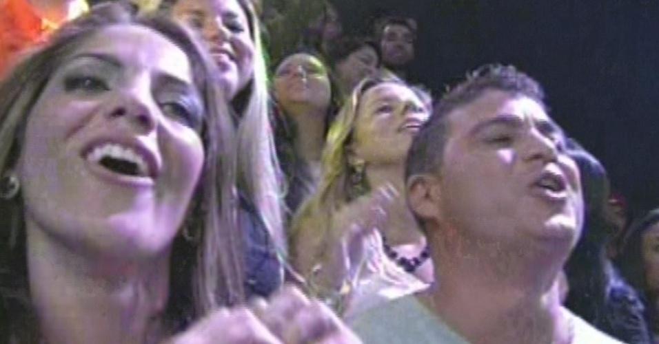 """26.mar.2013 - Anamara e Dhomini aproveitam apresentação de Lulu Santos na final do """"BBB13"""""""