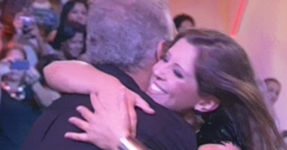 """26.mar.2013 - Andressa abraça Pedro Bial após ser anunciada como a terceira colocada do """"BBB13"""""""