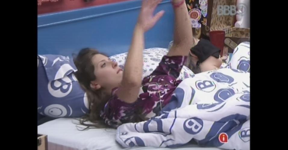 26.mar.2013 - Andressa corda e faz dancinha na cama