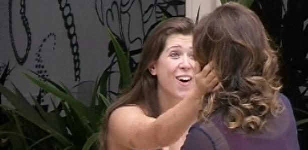 26.mar.2013 - Andressa cumprimenta Fátima Bernardes durante visita na mansão do