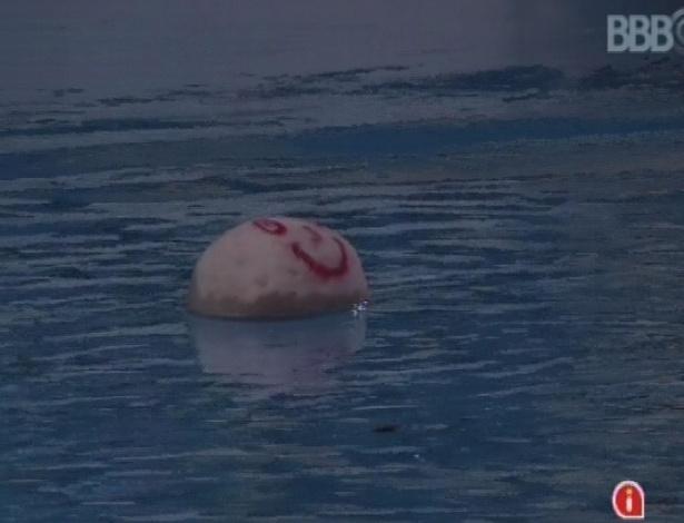 """26.mar.2013 - Andressa joga cabeça de boneco feito por Fernanda na piscina: """"Deixa ele nadar um pouquinho. Maria Eugênia já foi Bambam"""""""