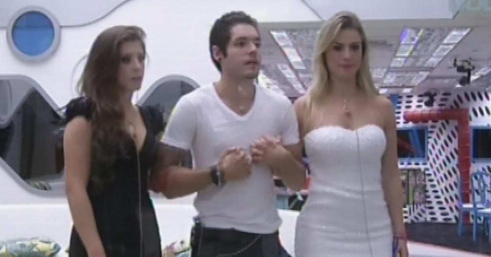 """26.mar.2013 - Andressa, Nasser e Fernanda dão as mãos antes do anúncio do terceiro colocado do """"BBB13"""""""