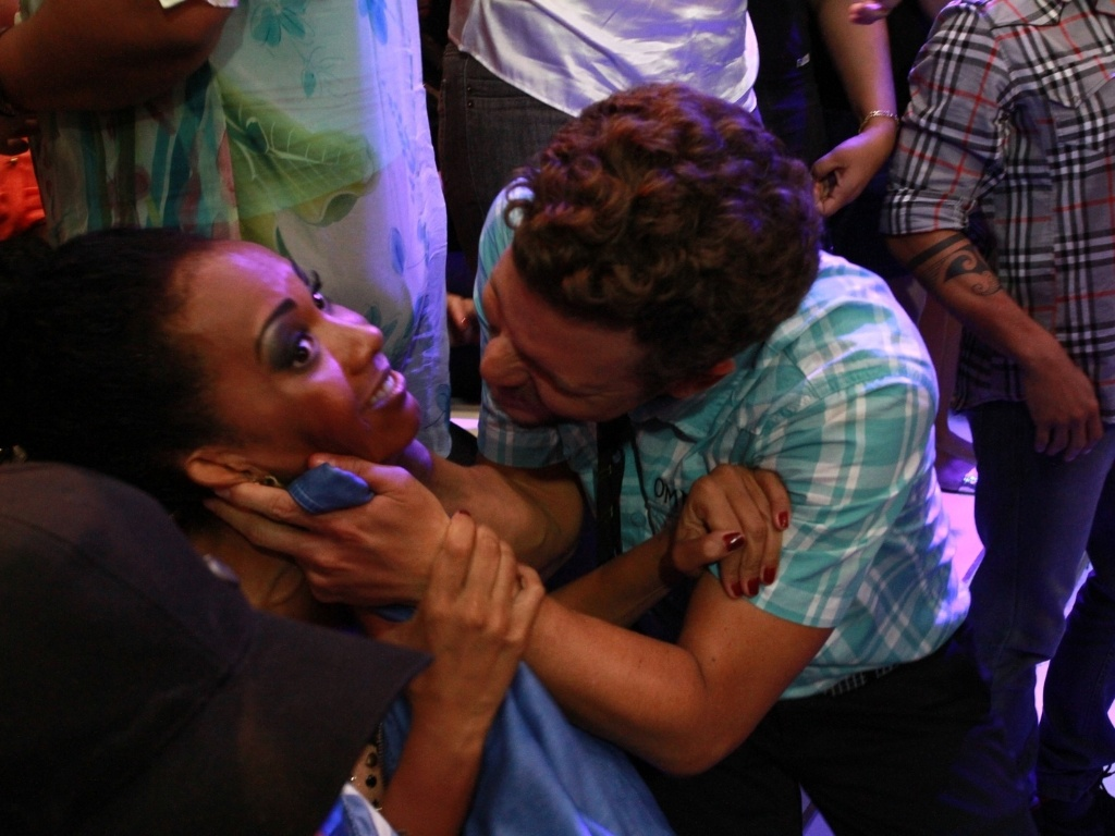 26.mar.2013 - Aslan tenta dar selinho em Aline na final do