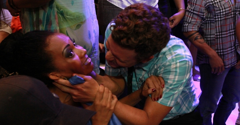 "26.mar.2013 - Aslan tenta dar selinho em Aline na final do ""BBB13"""