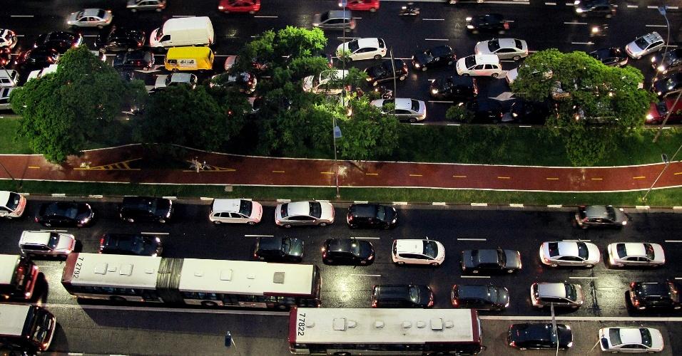 26.mar.2013 - Avenida Faria Lima, em Pinheiros, na zona oeste de São Paulo (SP), apresenta trânsito no começo da noite