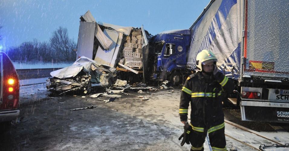 26.mar.2013 - Bombeiro inspeciona área de batida múltipla em Sankt Pölten, na Áustria. O número de feridos não foi informado