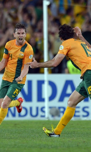26.mar.2013 - Bred Holmen comemora o gol de empate da Austrália na partida contra Omã pelas eliminatórias da Copa-2014