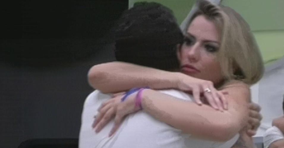 """26.mar.2013 - Campeã do """"BBB13"""", Fernanda abraça Nasser, segundo colocado do programa"""