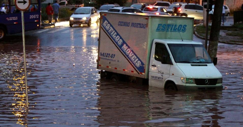 26.mar.2013 - Chuva forte causa alagamento no bairro do Rochdalle, em Osasco, Grande São Paulo, na tarde desta terça-feira