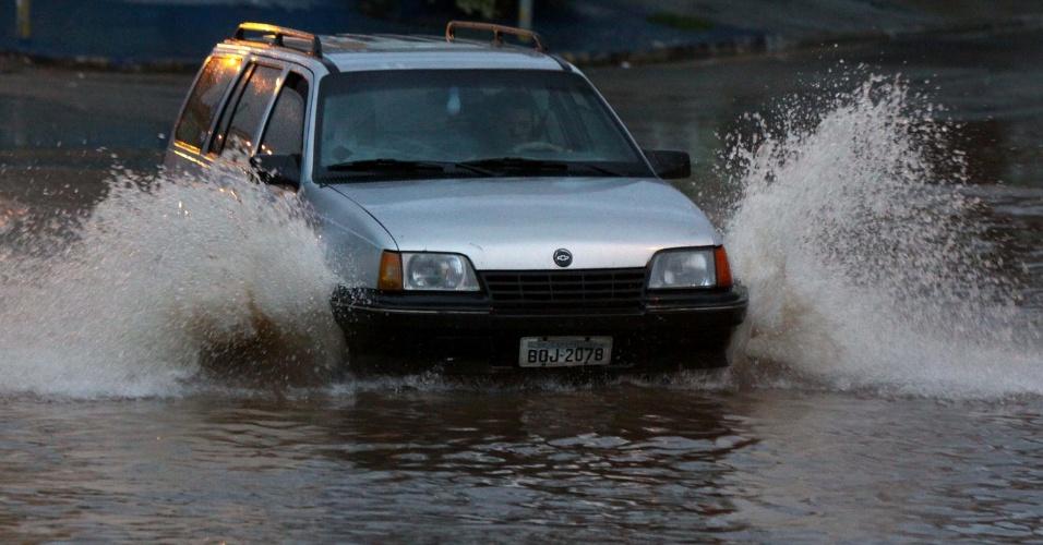 26.mar.2013 - Chuva forte causa alagamento no bairro do Rochdalle, em Osasco, Grande São Paulo, na tarde desta terça-feira Marcos Bezerra/Futura Press