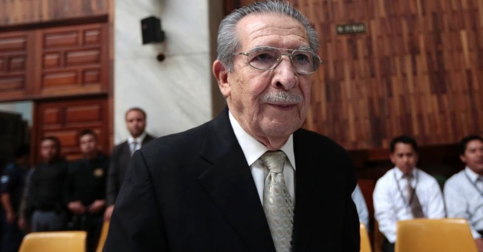 26.mar.2013 - Ex-ditador da Guatemala Efrain Rios Montt, 86, entra na Corte Suprema de Justiça do paí para o sexto dia de seu julgamento. Rios Montt é julgado pela participação na morte de mais de 1.700 indígenas durante seu governo, entre 1982 e 1983