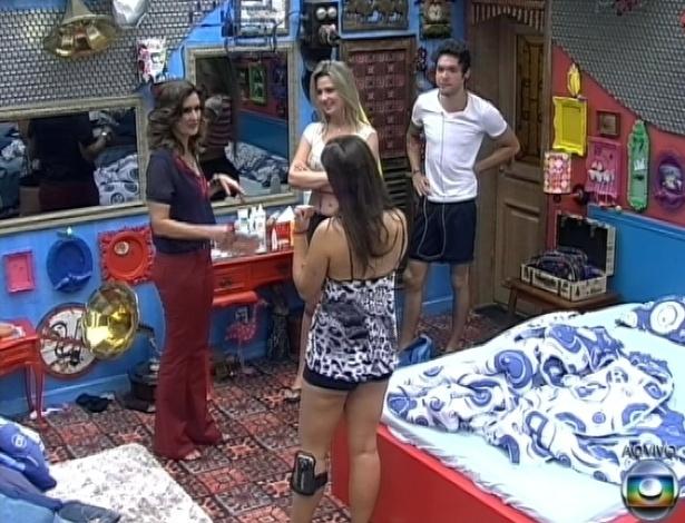 """26.mar.2013 - Fátima Bernardes pede para conhecer o lugar preferido de Andressa, Fernanda e Nasser na mansão do """"BBB13"""""""