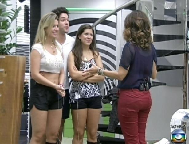 """26.mar.2013 - Fátima Bernardes se despede dos finalistas Andressa, Fernanda e Nasser na mansão do """"BBB13"""""""