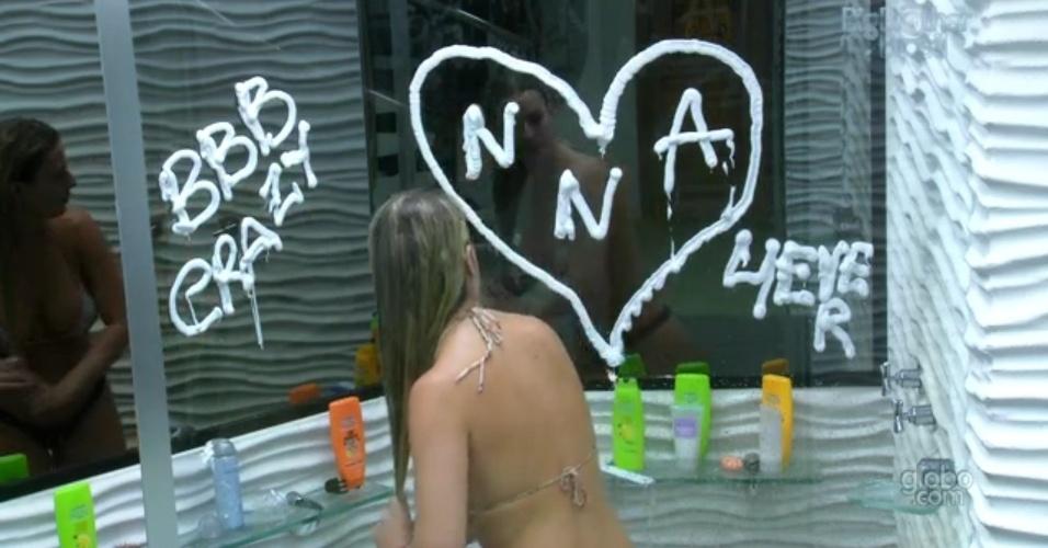 26.mar.2013 - Fernanda deixa recado no box do banheiro. Com espuma de barbear, ela fez um coração com as iniciais dos três finalistas (o segundo N é de Nanda, apelido da mineira) e escreveu