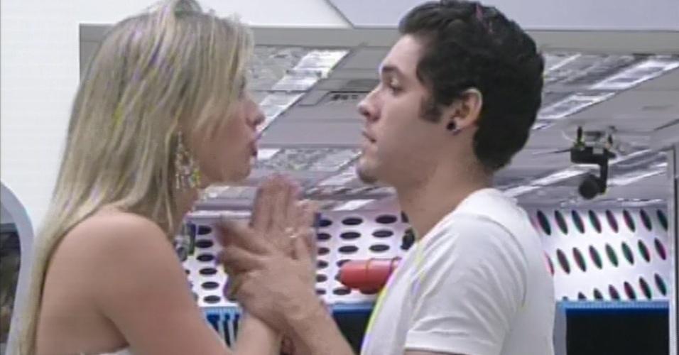 26.mar.2013 - Fernanda e Nasser se dão as mãos após saída de Andressa e sister diz que achava que era ela quem sairia no terceiro lugar