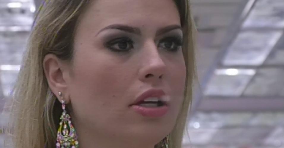 "26.mar.2013 - Fernanda escuta discurso de Bial na final do ""BBB13"""