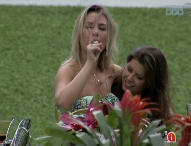 """26.mar.2013 - Fernanda exagera no vinho e fica bem alegre no último almoço do """"BBB13"""""""