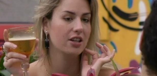 26.mar.2013 - Fernanda exagera no vinho e na cerveja e fica bêbada no último almoço do