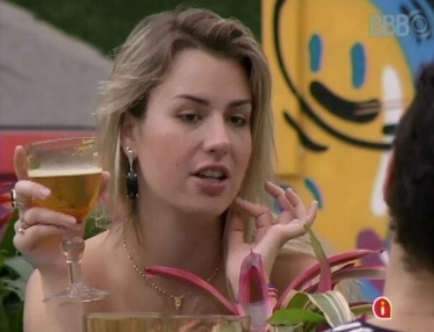 """26.mar.2013 - Fernanda exagera no vinho e na cerveja e fica bêbada no último almoço do """"BBB13"""""""