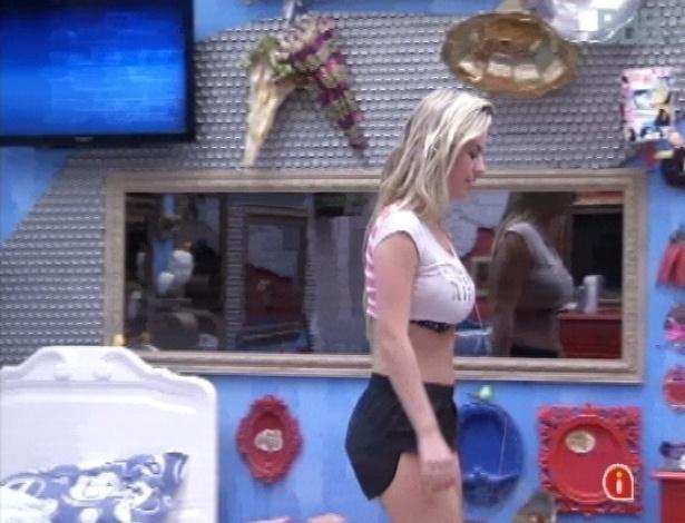 26.mar.2013 - Fernanda levanta da cama e comemora o último dia no reality show