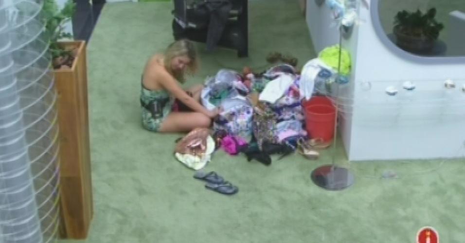 """26.mar.2013 - Fernanda levanta e começa a arrumar suas coisas para deixar o """"BBB13"""""""