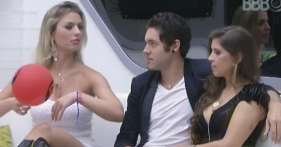"26.mar.2013 - Fernanda, Nasser e Andressa aguardam início da final do ""BBB13"""