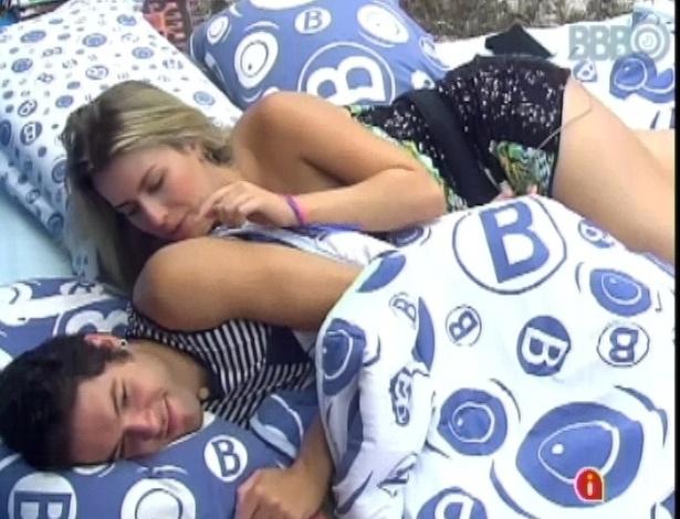 26.mar.2013 - Fernanda pula na cama e não deixa Nasser dormir