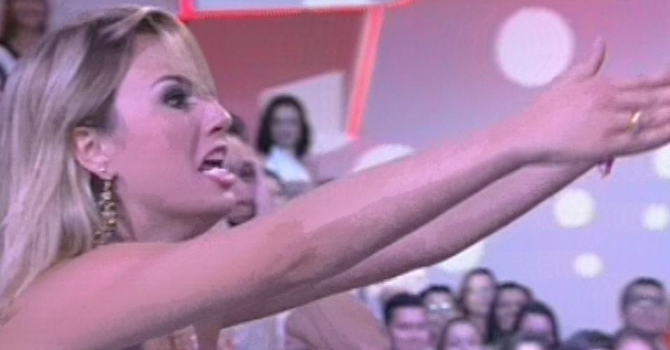 """26.mar.2013 - Fernanda vê família na final do """"BBB13"""" e grita """"eu amo vocês"""""""