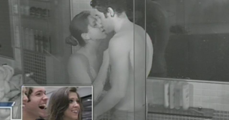 26.mar.2013 - Finalistas Andressa e Nasser assistem a um resumo do romance dos dois em um VT dedicado aos casais do