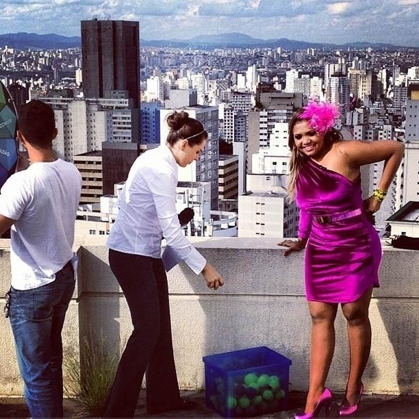 """26.mar.2013 - Gaby Amarantos grava """"CQC"""" ao lado de Mônica Iozzi"""