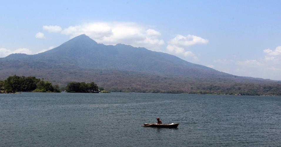 26.mar.2013 - Homem pesca no lago Cocibolca, em Granada, na Nicarágua