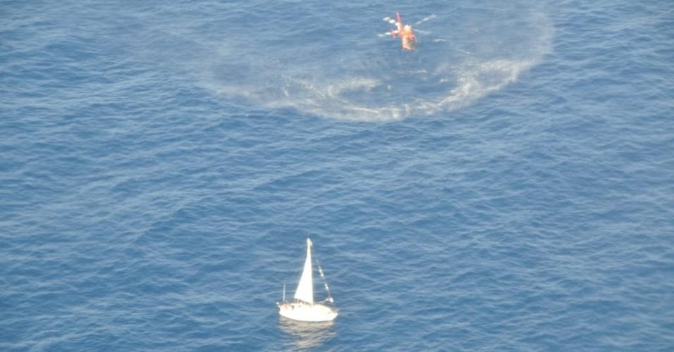 26.mar.2013 - Imagem divulgada nesta terça-feira (26) pela Guarda Costeira dos EUA de helicóptero chegando para resgatar tripulantes de embarcação de pequeno porte na região do Caribe, na segunda-feira (25)