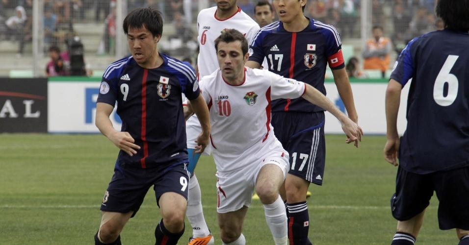 26.mar.2013 - Shinji Okazaki (e), do Japão, disputa jogada com Ahmad Ibrahim, da Jordânia, em partida pelas eliminatórias da Copa do Mundo-2014