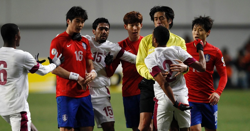 26.mar.2013 - Jogadores da Coreia do Sul e Qatar discutem durante a partida pelas eliminatórias da Copa do Mundo-2014